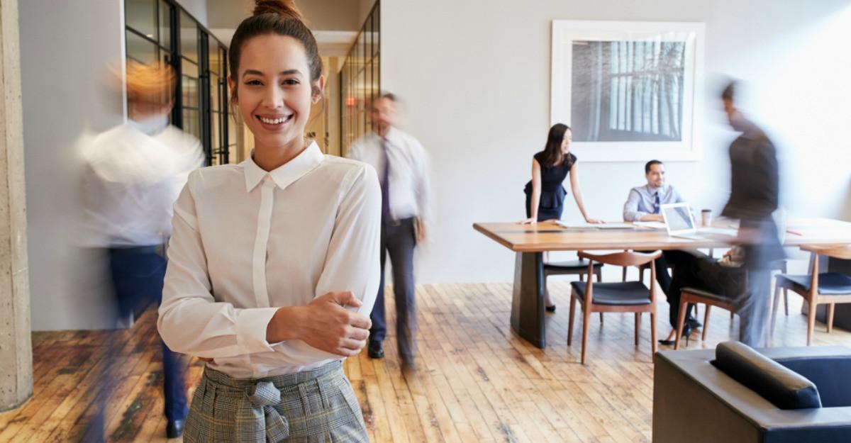 Eleganță și simt estetic: 5 ținute office pentru birou