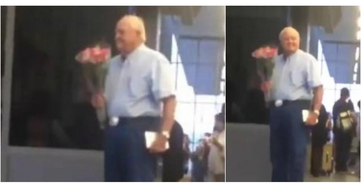 Video: Acest batranel asteapta la aeroport, cu un buchet de flori in mana. Apoi ASTA se intampla
