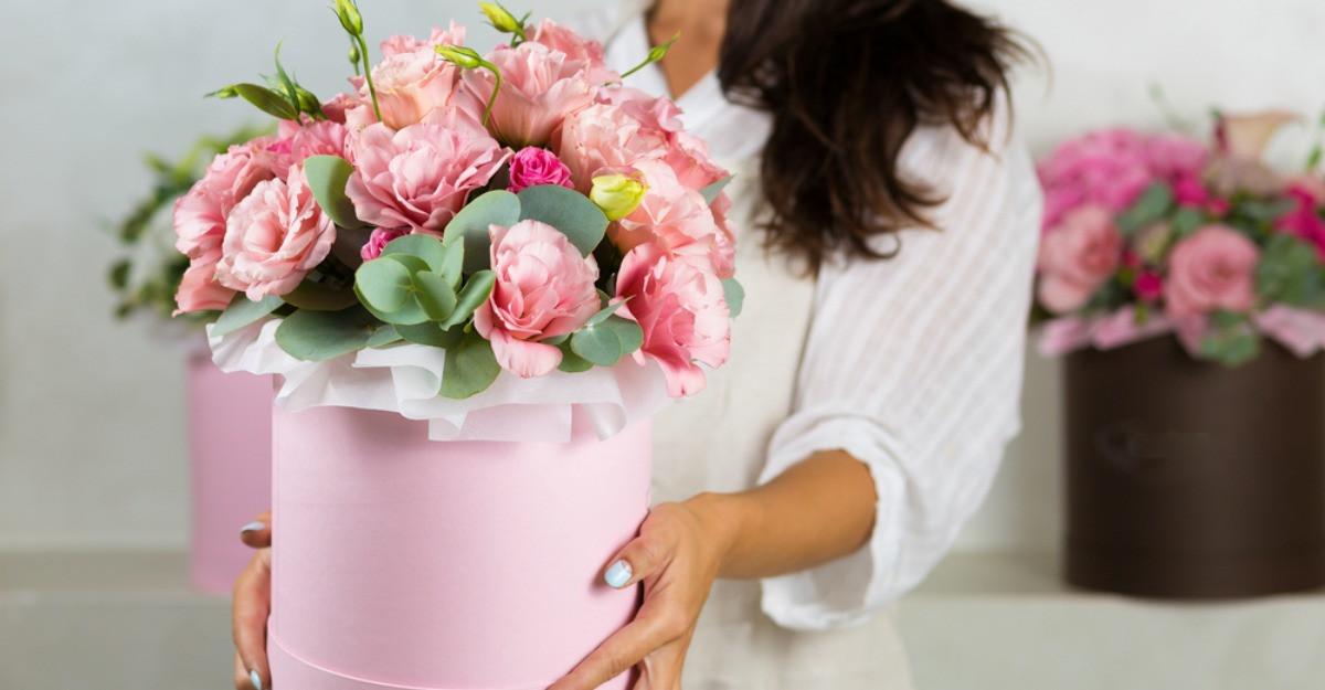 Speranțe și zâmbete: flori în cutii pentru început de an școlar cu emoții