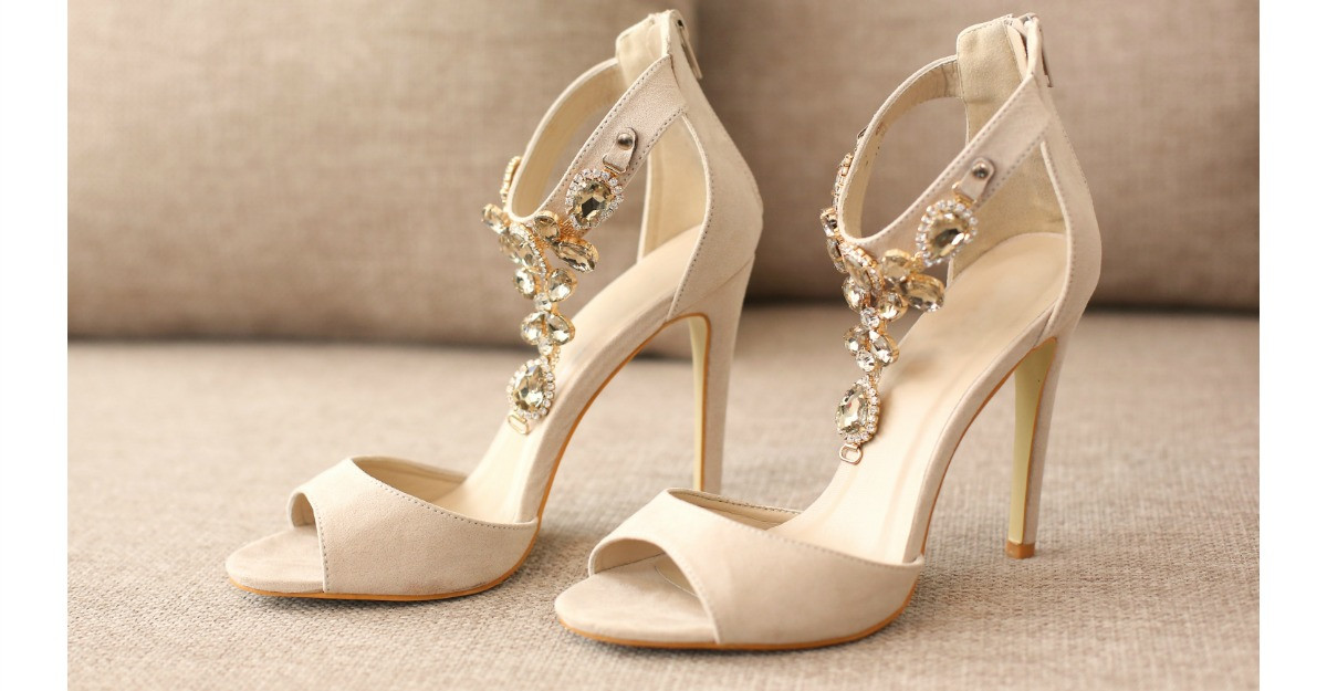 Sandale decorate cu accesorii tip bijuterii: pentru tinute originale