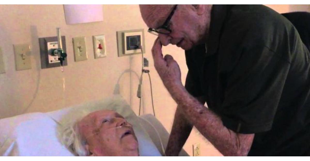 Dragoste adevarata! Un barbat ii canta pe patul de spital, sotiei sale in varsta de 93 de ani!