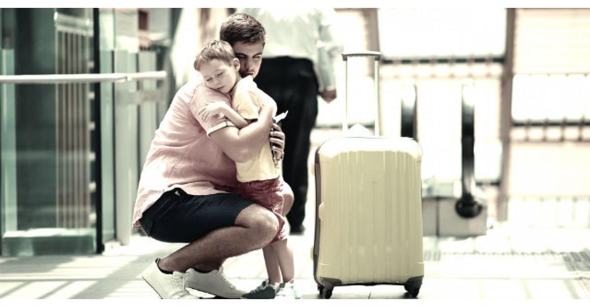 Acest barbat isi astepta prietenul la aeroport. Ce a vazut i-a schimbat complet viata