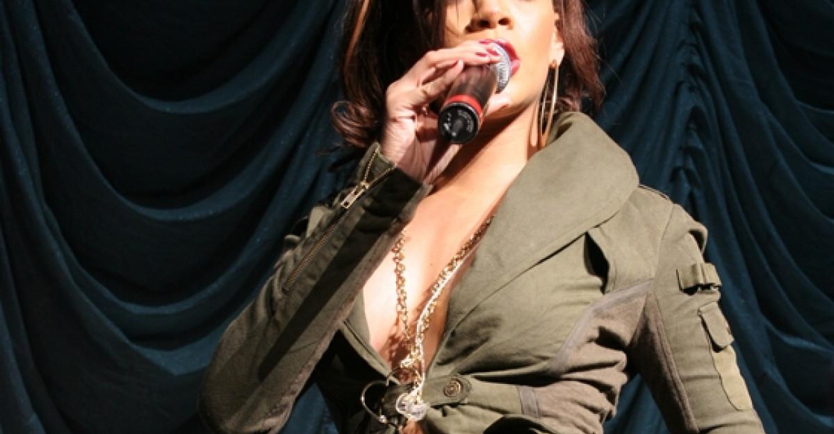 Video compromitator: Rihanna, atat de beata la concert incat nu se poate tine pe picioare