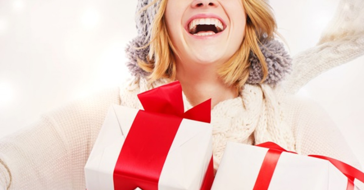 Cadouri pentru bucurestenii care vin sambata in magazinele Secom deghizati in Mos Craciun