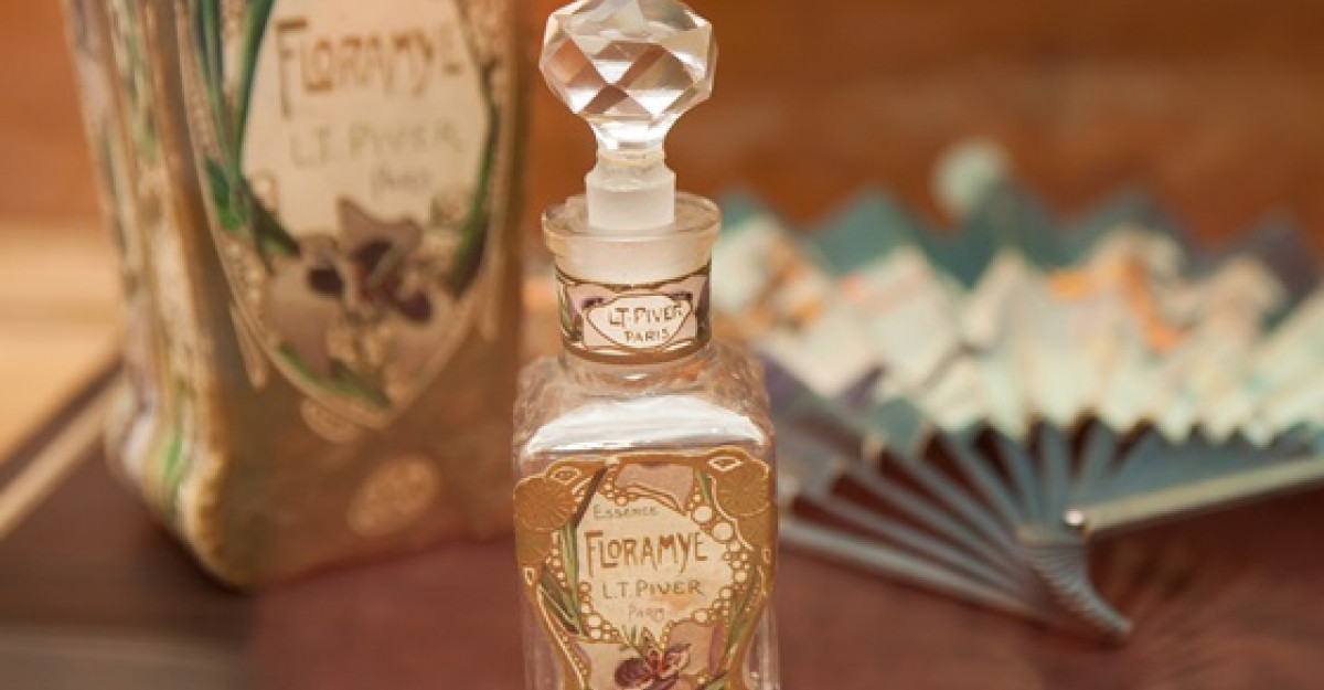 Istorie cu parfum la Pelisor! Cea mai mare expozitie de sticle de parfum din Romania