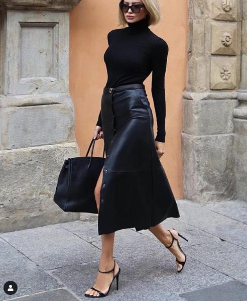 Fusta midi din piele intr-un outfit all black