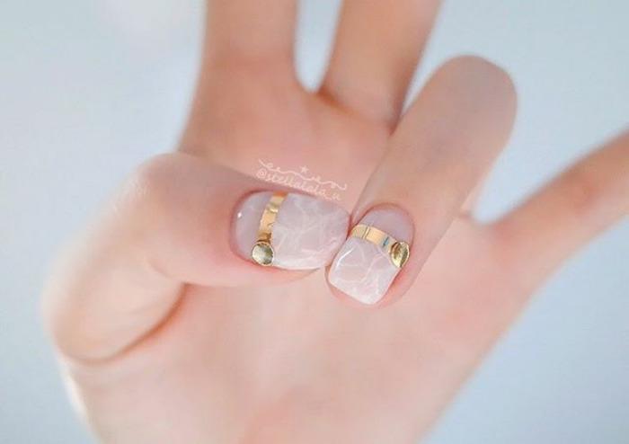 Unghii quartz cu accente gold