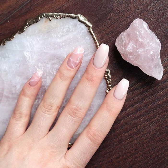 Unghii pastel in combinatie cu rose quartz