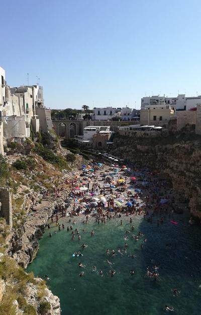 Plaja din Polignano este atat de frumoasa ca si acum regret ca n-am avut costumul de baie la mine