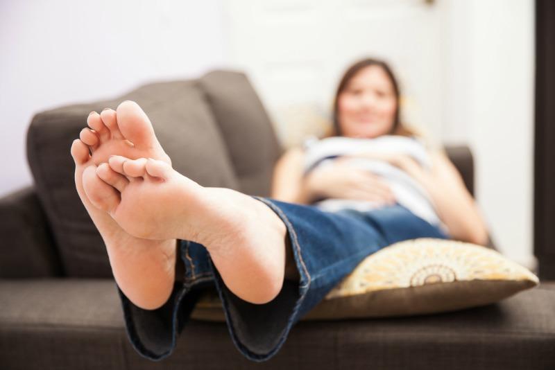 ceea ce determină umflarea unui singur picior