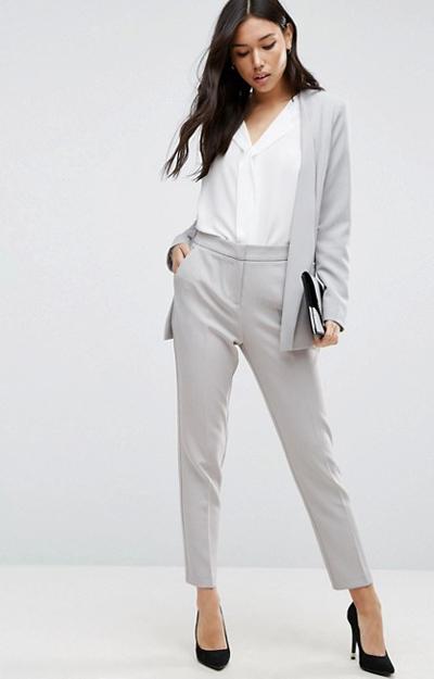 Costumul cu pantaloni - cum il porti la birou in tinuta office