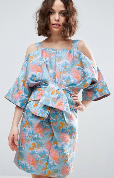 Poarta rochia-kimono si la petreceri