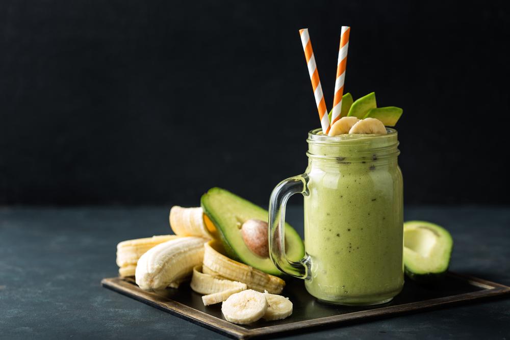 smoothie cu iaurt, avocado, banane si seminte