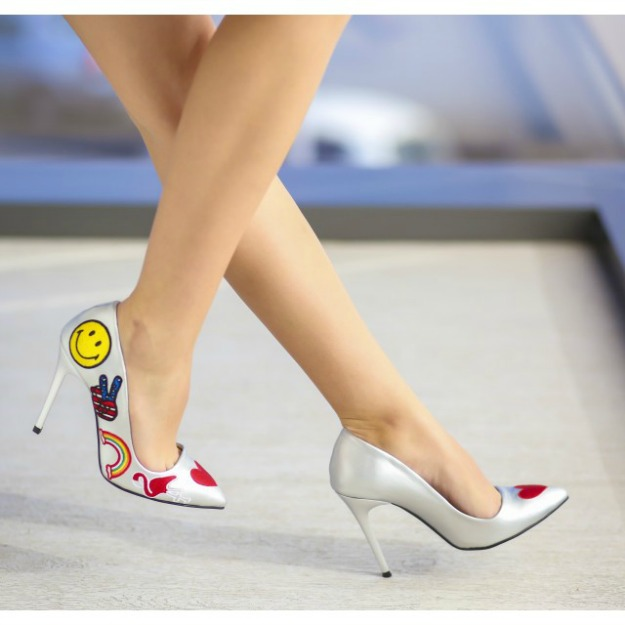 Pantofi stiletto cu aplicatii