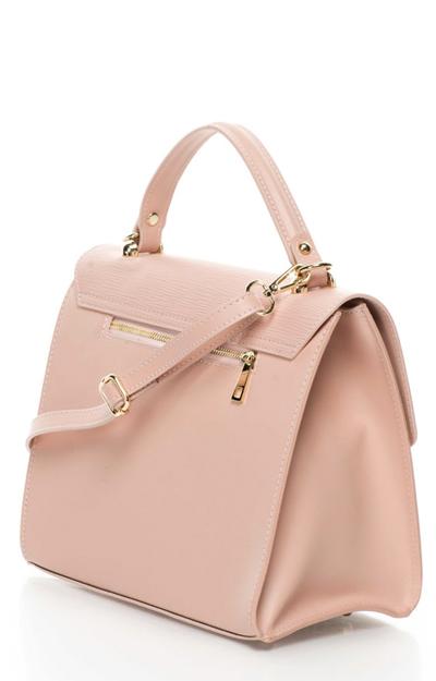 O geanta de mana subliniaza tinuta purtata la birou