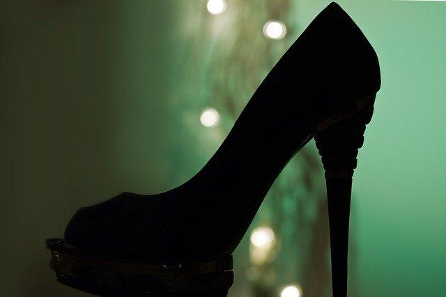 Pantof negru cu toc înalt, platformă și bot rotund