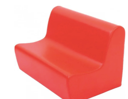 canapea din spuma de culoare rosie pentru camera copiilor